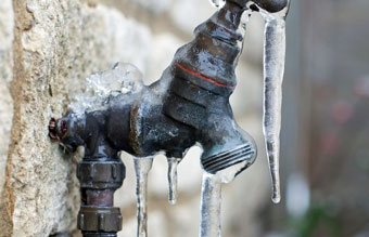 frozen-spigot-in-extreme-cold-temperature